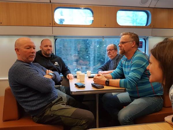Hallingtreffet starter allerede på toget fra Bergen eller Oslo. Her er det møteleder Borghild T. Folkedal som har startet «oppvarmingen» med noen av deltakerne i 2019.