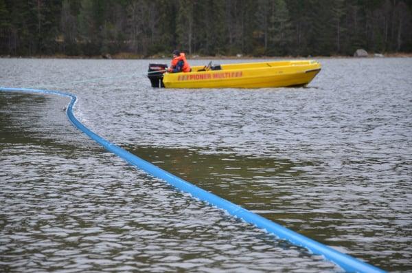 Rørlegger Bjørn Frydenlund legger ut sjøledning i Strandafjorden i Ål, Hallingdal