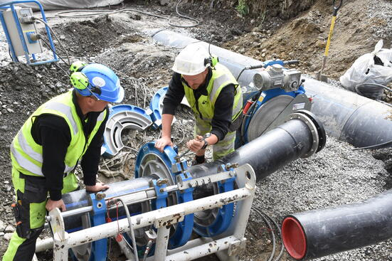 Ledningsnettet må både bygges ut og fornyes, for å møte endrede kapasitetsbehov og fordi deler av ledningsnettet er gammelt og fungerer dårlig.