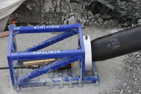 Selve trakta blir montert på en betongsokkel for å sikre at innføringspunktet ikke forskyver seg under inntrekkingen.