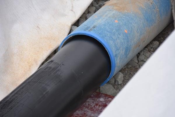 Det eksiterende duktile røret hadde en innvendig dimensjon på 400 mm, mens PE-ledningen med betegnelsen PE100 RC, SDR 33, hadde en utvendig dimensjon på 425 mm. Den ble krympet ned med 10-12 prosent under inntrekkingen.