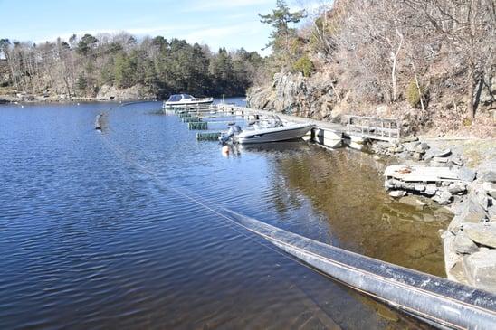 Ferdig vektet sjøledning (SESU-pipe) legges på grunt vann ved båthavn