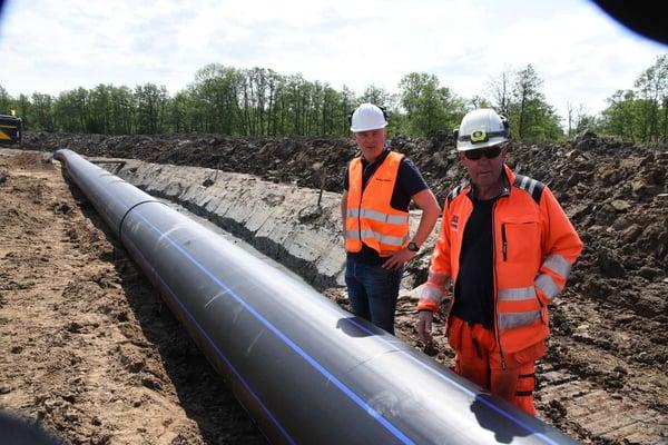 Veidekkes arbeidsleder på stedet, AndersEnebacke, (t.h) sammen med Martin Andersson fra Hallingplast