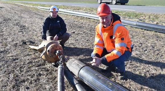 Prosjektleder Erik Nilsen i Moss kommune, her sammen med Øystein Olimb, rett før inntrekking av de tre ledningene som ble etablert under dyrket mark i Rygge.