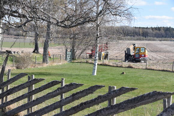 Boreriggen side om side med bondens redskap i forbindelse med våronna gir et tydelig signal om at etableringen av nye VA-rør ikke påvirket bondens arbeid.