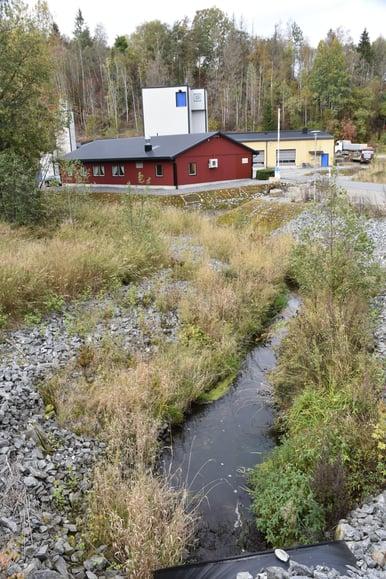 Avløpsrenseanlegget i Askim, med Engerbekken i forgrunnen, som er tydelig forurenset.