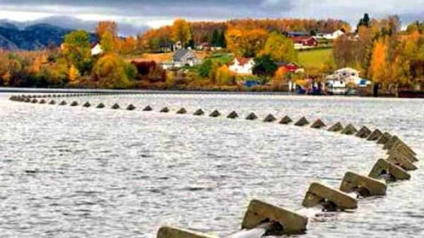 Sjøledning som bukter seg gjennom Mjøsa